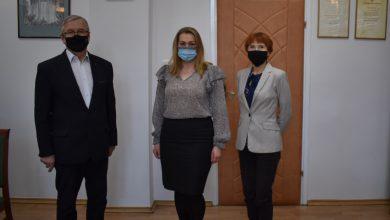 Od lewej: starosta Lech janicki, Monika Wawrzyniak, zastępca kierownika wydz. organizacyjnego
