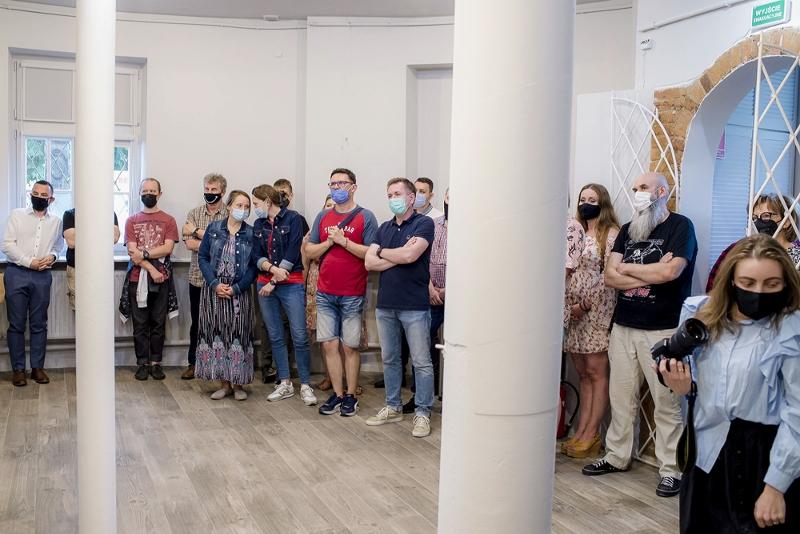 W sali wystawowej stoją laureaci i uczestnicy konkursu