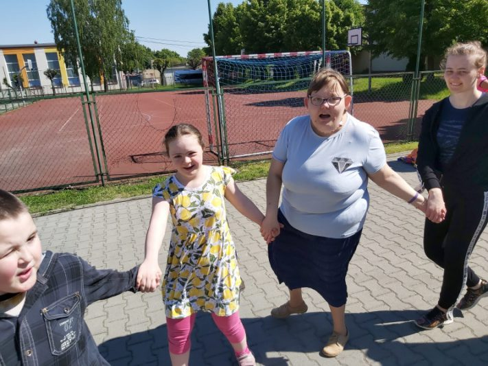 Dzieci tańczą trzymając się ręce
