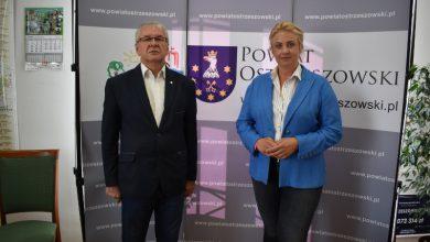 """Na tle ścianki z napisem """"www.powiatostrzeszowski.pl"""" od lewej stoją: starosta Lech Janicki i posłanka Katarzyna Sójka"""